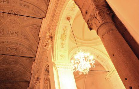 Soffitto con stucchi e dorature in contrasto con l'arco dell'antica chiesa di S. Maria